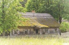 Voorvoorgevel van oude houten cabine Royalty-vrije Stock Foto's