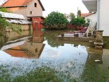 Voorwaarde van huis met een werf na vloed Royalty-vrije Stock Foto's