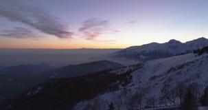 Voorwaartse lucht hoogste mening over weg van de de winter de sneeuwberg Blauwe van de uurschemer of dageraad van de de bergenstr stock footage