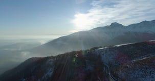 Voorwaartse lucht hoogste mening over weg van de de winter de sneeuwberg in zonnige dag Witte van de de bergenstraat van Alpen es stock footage