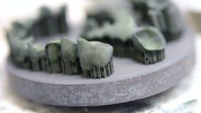 Voorwerp op metaal 3d printer wordt gedrukt na thermische behandelingssynterization die stock footage