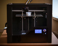 Voorwerpen door 3d printer worden gedrukt die Stock Foto's
