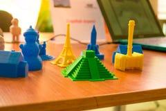 Voorwerpen door een 3d printer worden gedrukt die Stock Afbeeldingen