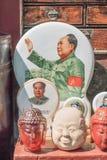 Voorwerpen met Mao Zedong-beelden op Panjiayuan-markt, Peking, China worden getoond dat Stock Afbeelding