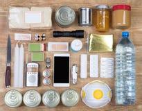 Voorwerpen nuttig in noodsituatiesituaties zoals natuurrampen stock foto