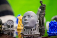 Voorwerpen photopolymer op een 3d printer worden gedrukt die Royalty-vrije Stock Fotografie