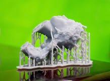 Voorwerpen photopolymer op een 3d printer worden gedrukt die Royalty-vrije Stock Afbeeldingen