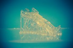 Voorwerpen photopolymer op een 3d printer worden gedrukt die Stock Fotografie