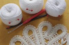 Voorwerpen voor het naaien Schaar en spelden Strengendraad op mat spelden Stock Fotografie