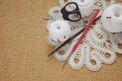 Voorwerpen voor het naaien Schaar en spelden Strengendraad op mat spelden Stock Afbeeldingen