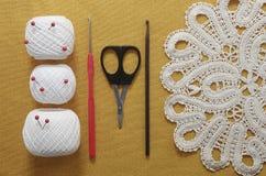Voorwerpen voor het naaien Schaar en spelden Strengendraad op mat spelden Royalty-vrije Stock Afbeeldingen