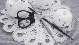 Voorwerpen voor het naaien Schaar en spelden Strengendraad op mat spelden Stock Foto's