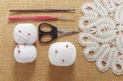 Voorwerpen voor het naaien Schaar en spelden Strengendraad op mat spelden Royalty-vrije Stock Foto's