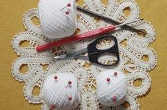 Voorwerpen voor het naaien Schaar en spelden Strengendraad op mat spelden Royalty-vrije Stock Afbeelding