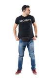Voorzichtig geheim politieman het aanpassen overhemd die weg gealarmeerd kijken royalty-vrije stock afbeeldingen