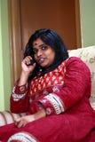 Voorzichtig het Spioneren Binnenlandse Zaken Over Telefoon Stock Foto