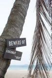 Voorzichtig zijn van het etiket van de kokosnotendaling Royalty-vrije Stock Afbeeldingen