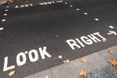 Voorzichtigheidsweg die voor voetgangers merken Stock Foto's