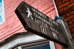 Voorzie aan de plaats van de Markt, Guildhall van wegwijzers Stock Foto's