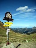 Voorzie en bergen van wegwijzers Royalty-vrije Stock Afbeelding