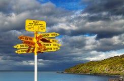 Voorzie in het Stirling Punt, Bluff, Nieuw Zeeland van wegwijzers Stock Foto
