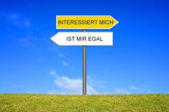 Voorzie het tonen van het boring of het interesseren van het Duits van wegwijzers royalty-vrije stock foto's