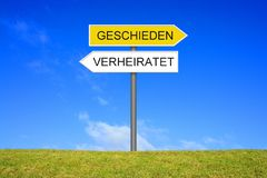 Voorzie het tonen van het Gehuwde en Gescheiden Duits van wegwijzers stock foto
