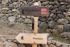 Voorzie het tonen van richtingen aan Banyalbufar en Planici op de de wandelingssleep van gr. 221 van wegwijzers stock fotografie