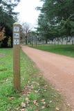 Voorzie het wijzen van een op gedeeld voetpad van wegwijzers en houd honden op lood bij het lopen van spoor Stock Afbeeldingen