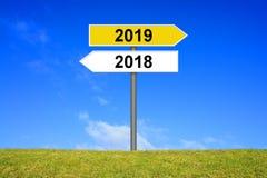 Voorzie jaar 2018 en jaar 2019 van wegwijzers stock foto