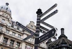 Voorzie in Londen van wegwijzers Royalty-vrije Stock Foto