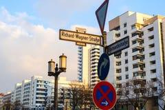 Voorzie met waymark in Berlijn van wegwijzers Stock Foto