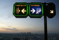 Voorzie op de Toren van Eiffel van wegwijzers Stock Foto's
