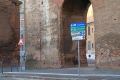 Voorzie richting en oude muur in Rome van wegwijzers Royalty-vrije Stock Foto