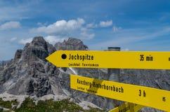 Voorzie voor wandelaars in de Allgau-bergen van wegwijzers dichtbij Oberstdorf, Duitsland Royalty-vrije Stock Afbeelding