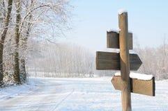 Voorzie in Winters platteland van wegwijzers Stock Foto's
