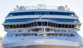Voorzijde en Brug van Massief Cruiseschip Stock Foto's