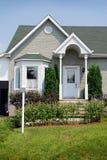 Voorzijde en ingang van huis in stedelijke buurt Stock Foto