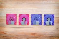 Voorzijde en rug van diskette op houten lijst Stock Fotografie