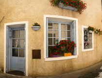 Voorzijde met blauw deurvenster Brantome Frankrijk Stock Afbeeldingen