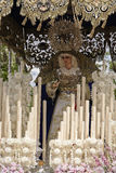 Voorzijde met kaarsen, geborduurde stof en bloemen van de troon van Nuestra Senora del Amor Hermoso Royalty-vrije Stock Foto's