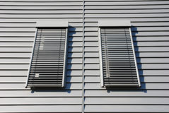 Voorzijde met twee vensters stock foto