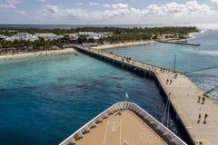 Voorzijde van cruiseschip in haven Royalty-vrije Stock Afbeeldingen