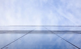Voorzijde van de bureaubouw met donkere weerspiegelde hemel Stock Foto's