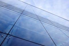 Voorzijde van de bureaubouw met donkere weerspiegelde hemel Royalty-vrije Stock Afbeeldingen