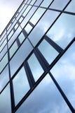 Voorzijde van de bureaubouw met donkere weerspiegelde hemel Stock Foto