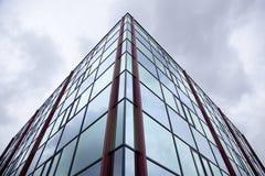 Voorzijde van de bureaubouw met donkere weerspiegelde hemel Stock Fotografie