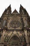 Voorzijde van de gotische Vysehrad-kathedraal in Praag met mooie steenstandbeelden royalty-vrije stock afbeelding