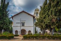 Voorzijde van de historische kerk van Opdracht San Juan Bautista in Californië stock foto