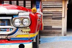 Voorzijde van de oude geroeste vrachtwagen met koplamp en mooie grill stock fotografie